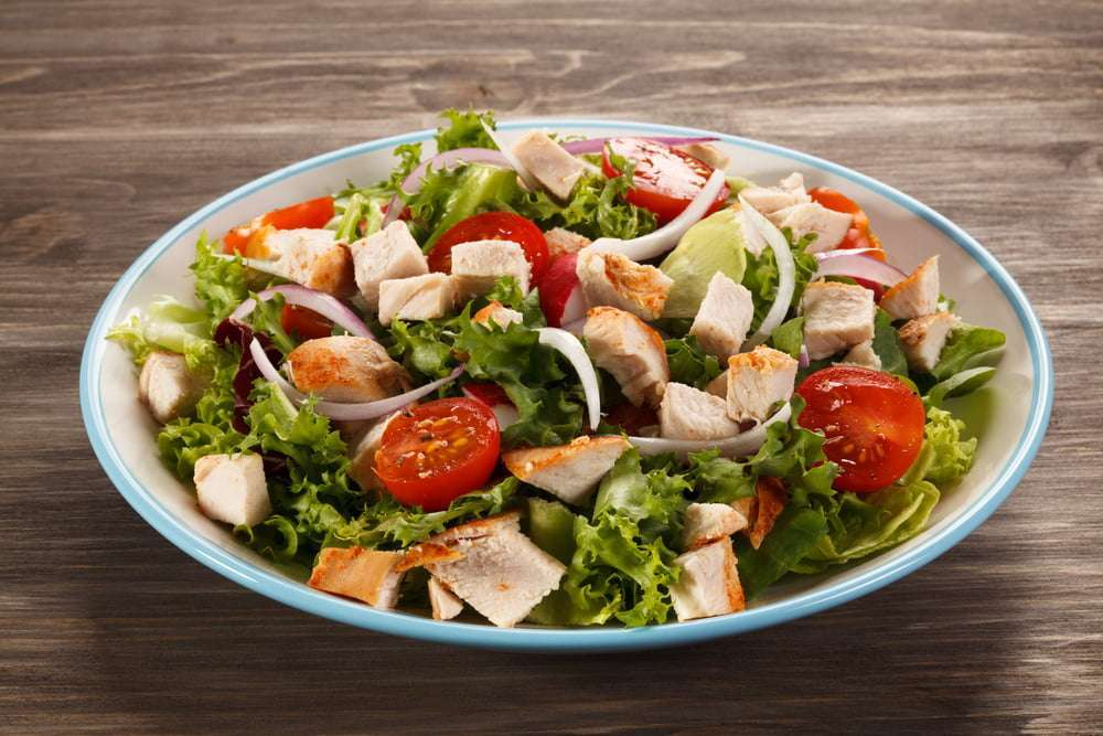 piatto con insalata di pollo light